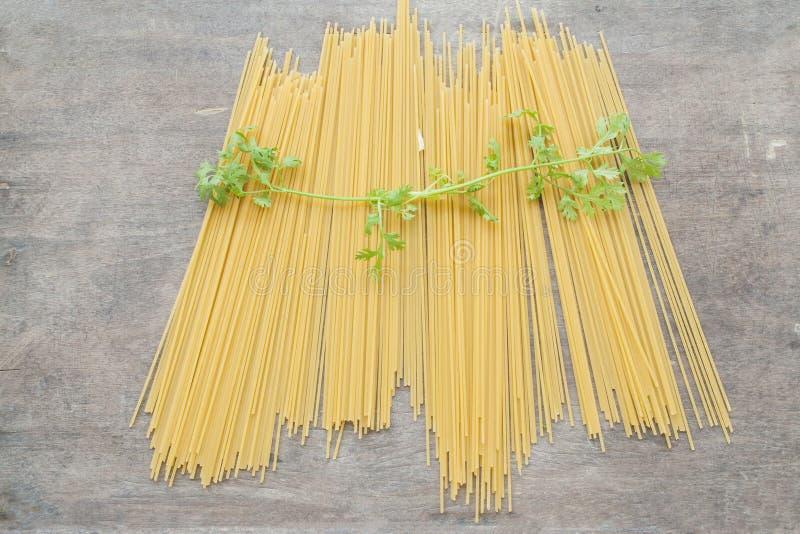 Спагетти сухие подготавливают кашевара стоковые фотографии rf
