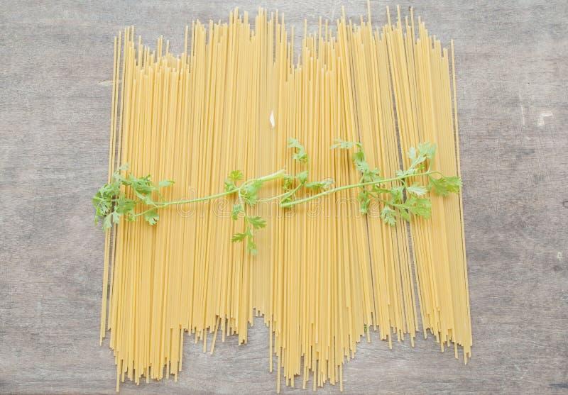 Спагетти сухие подготавливают кашевара стоковое изображение