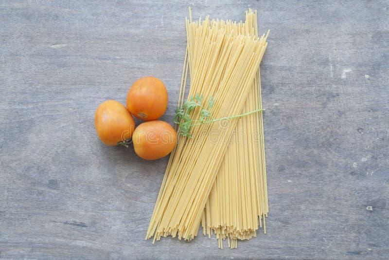 Спагетти сухие подготавливают кашевара стоковые фото