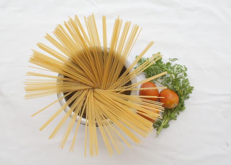 Спагетти сухие подготавливают кашевара стоковая фотография rf