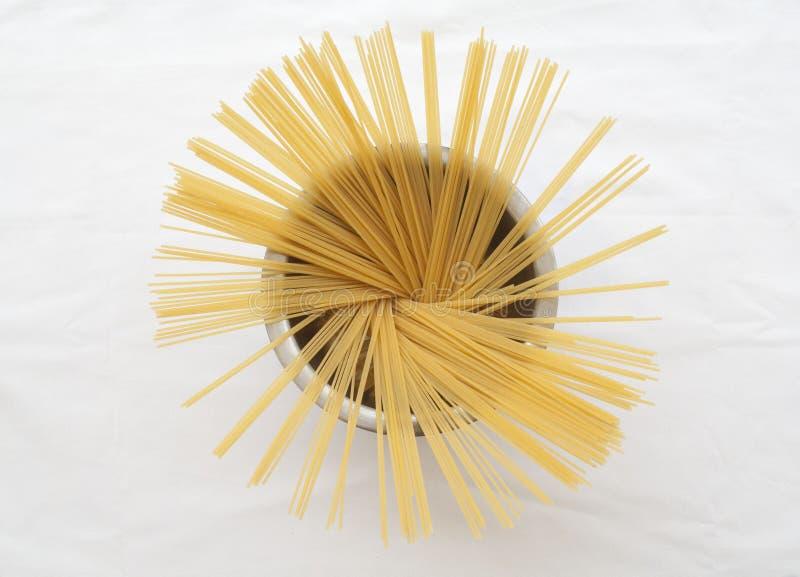 Спагетти сухие подготавливают кашевара стоковое изображение rf