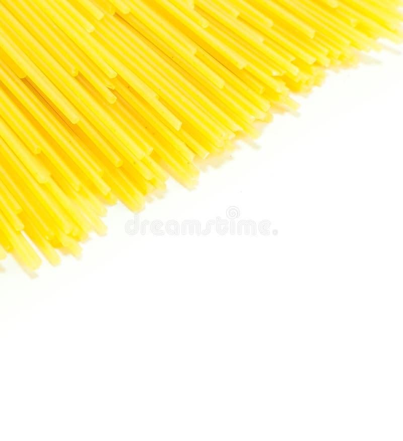 Спагетти сырцовые на белой предпосылке стоковые фотографии rf