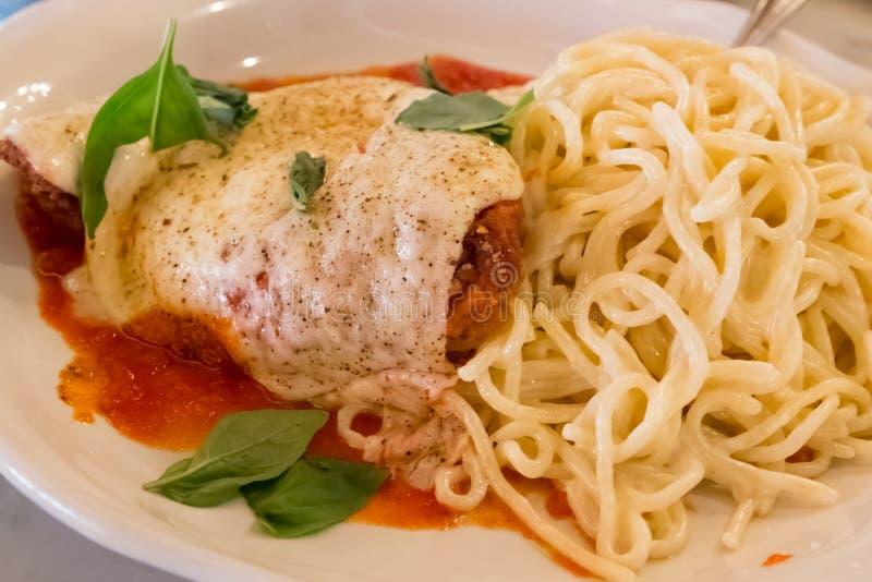 Спагетти с курицей, сыром и томатным соусом стоковое изображение rf