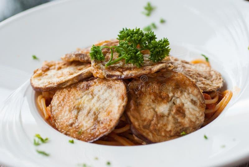 Спагетти с куском зажаренного баклажана стоковая фотография