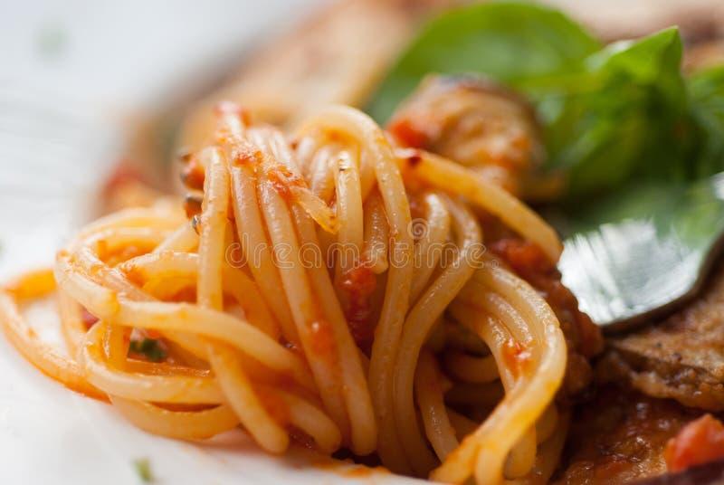 Спагетти с куском зажаренного баклажана стоковое изображение