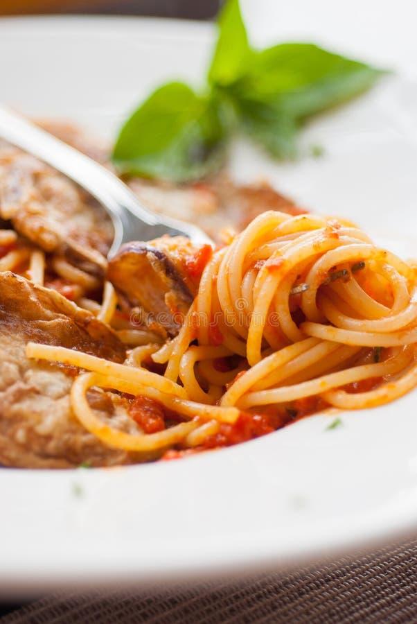 Спагетти с куском зажаренного баклажана стоковое фото rf