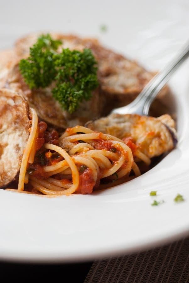 Спагетти с куском зажаренного баклажана стоковое изображение rf