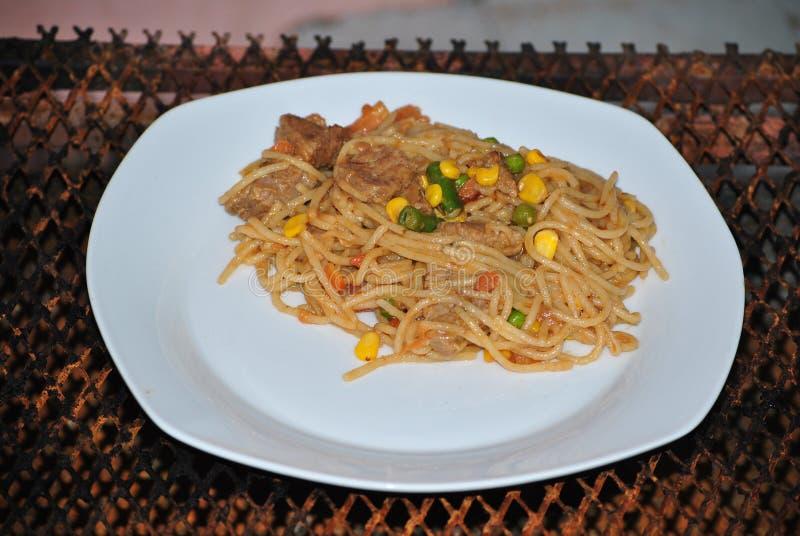 Спагетти с мясом и смешанными овощами стоковые изображения
