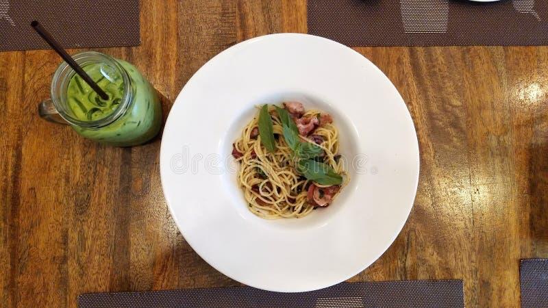 Спагетти с пряными маяком и базиликом стоковая фотография