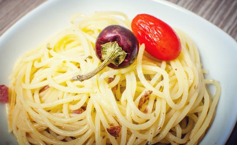 Спагетти с томатами и chili стоковое изображение rf