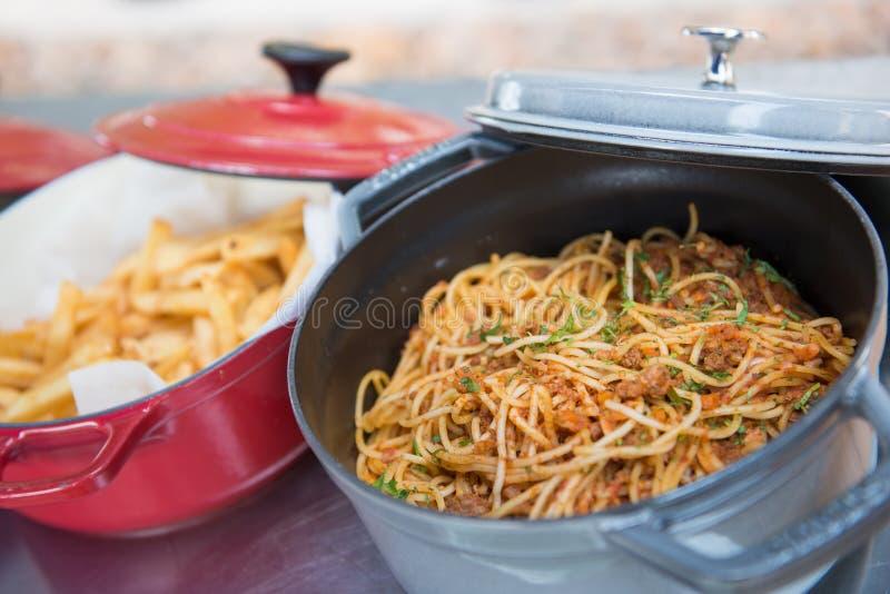 Спагетти с томатным соусом в баке стоковое фото
