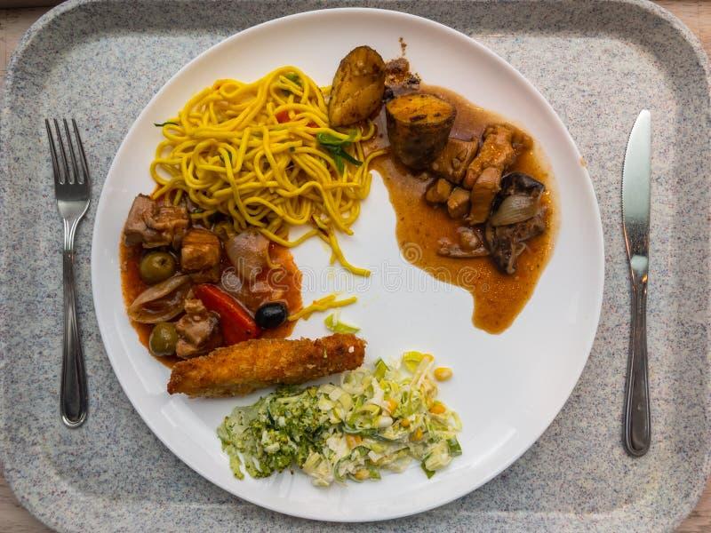 Спагетти с томатным соусом, зажаренным стейком говядины, салатом на плите, взгляде сверху стоковое изображение