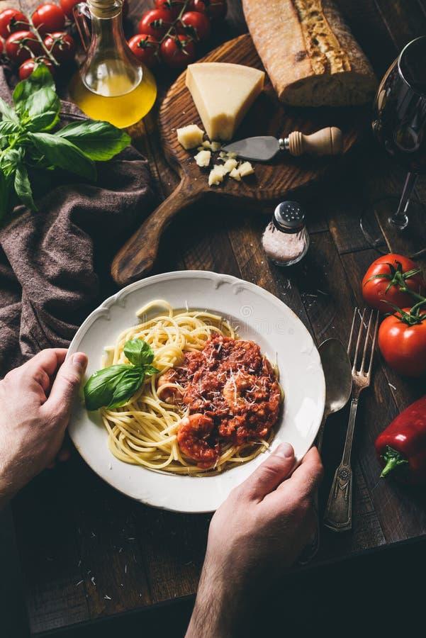 Спагетти с томатным соусом и креветками, итальянской кухней стоковые фотографии rf