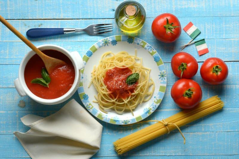 Спагетти с томатным соусом и сыр пармесаном - традиционными оно стоковая фотография rf