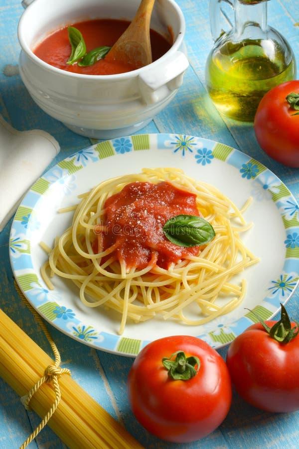 Спагетти с томатным соусом и сыр пармесаном - традиционными оно стоковая фотография