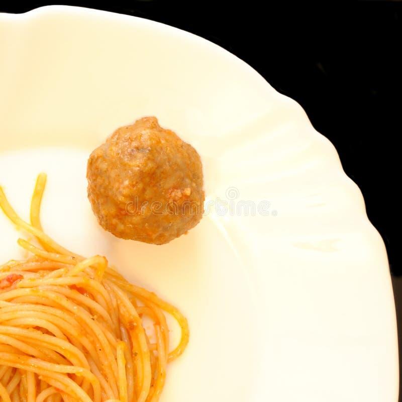 Спагетти с томатным соусом и фрикаделькой, придают квадратную форму сверху стоковая фотография rf