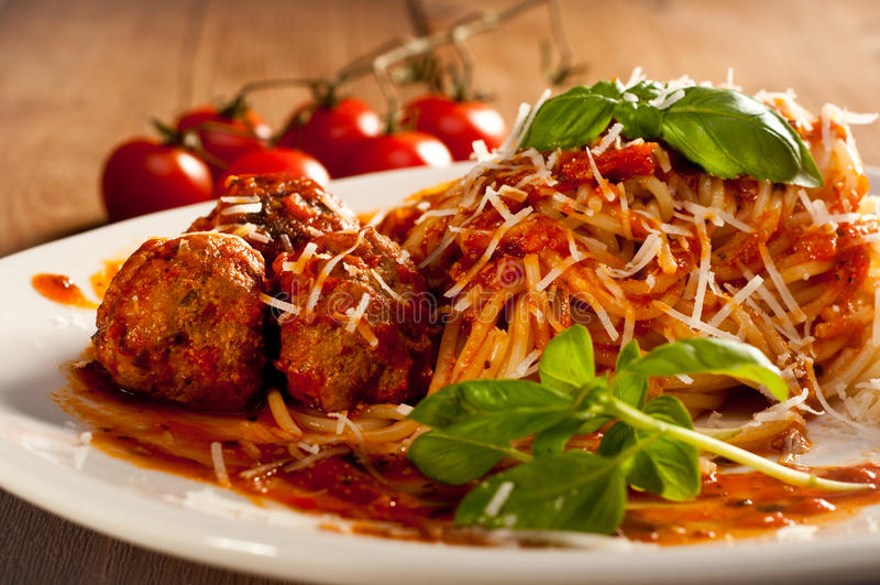 Спагетти с фрикадельками с высушенными томатами стоковые изображения
