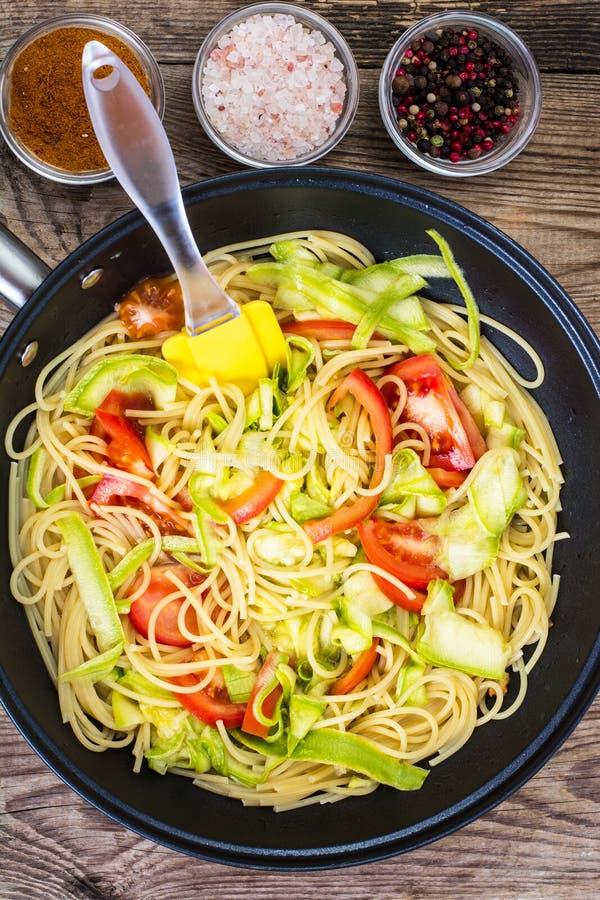 Спагетти с цукини и томатами стоковые изображения rf
