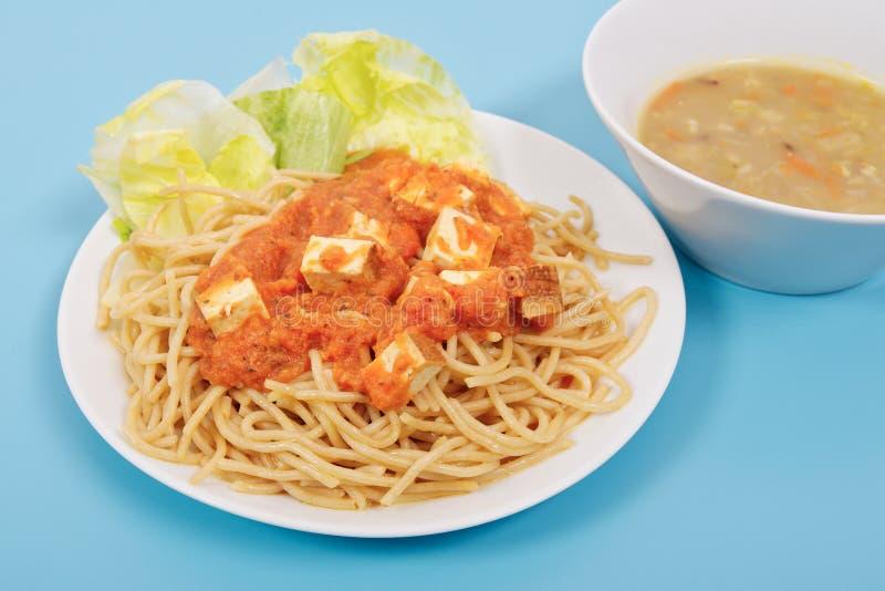Спагетти Bolognese с тофу на сини стоковое фото