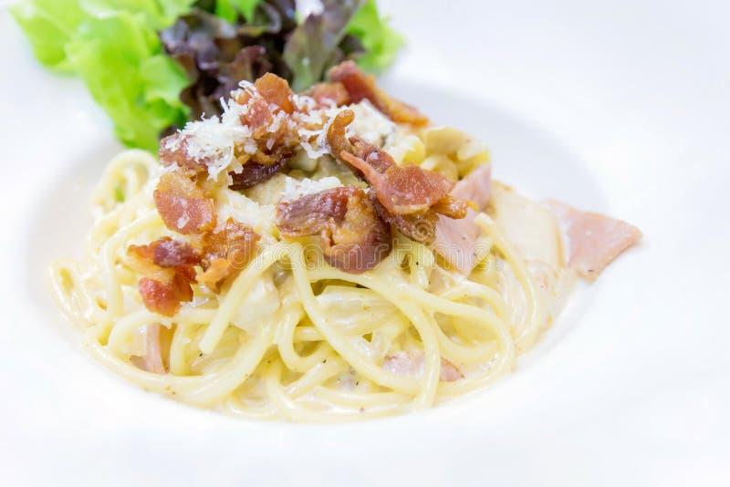 Спагетти Carbonara с беконом и сыром в белой плите - Clos стоковое фото rf
