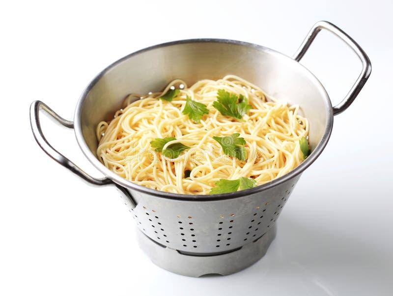 Download спагетти colander стоковое изображение. изображение насчитывающей никто - 18385121