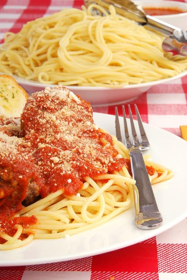 Download спагетти meatballs стоковое изображение. изображение насчитывающей соус - 17621509