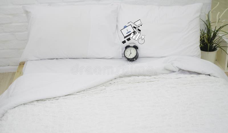 Спальня имеет черные часы стоковые фото