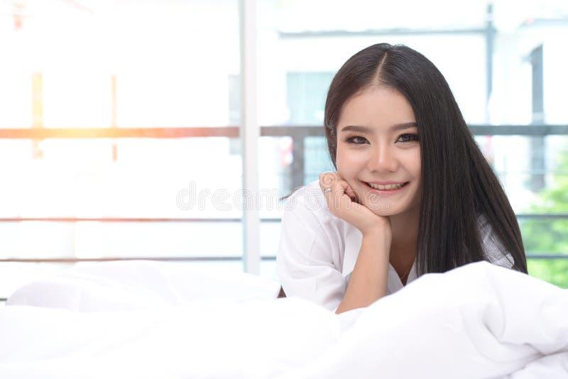 Спальня место для релаксации Красивая женщина с деятельностью в кровати стоковая фотография rf