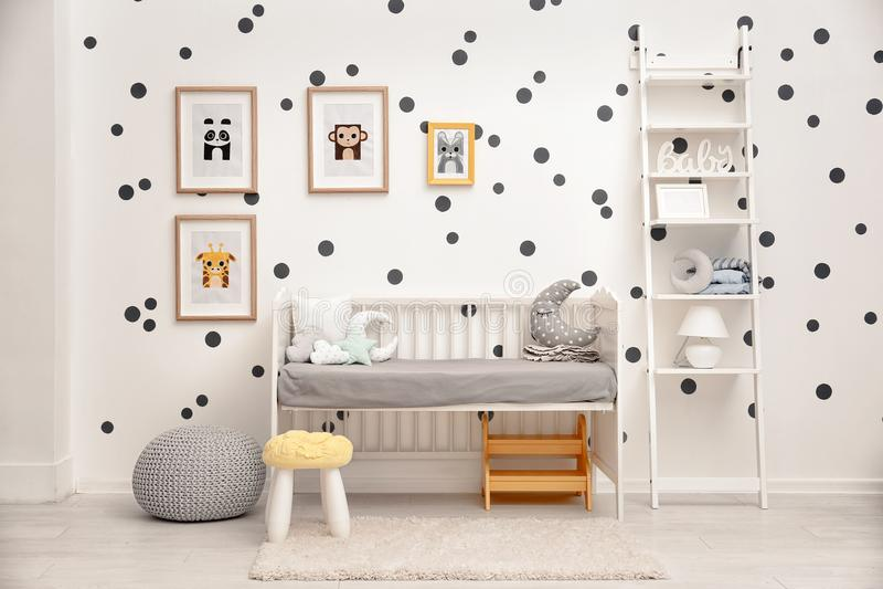 Спальня младенца украшенная с изображениями стоковые фотографии rf