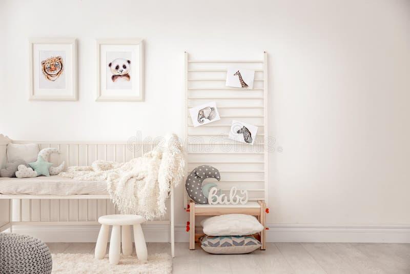 Спальня младенца украшенная с изображениями стоковое изображение
