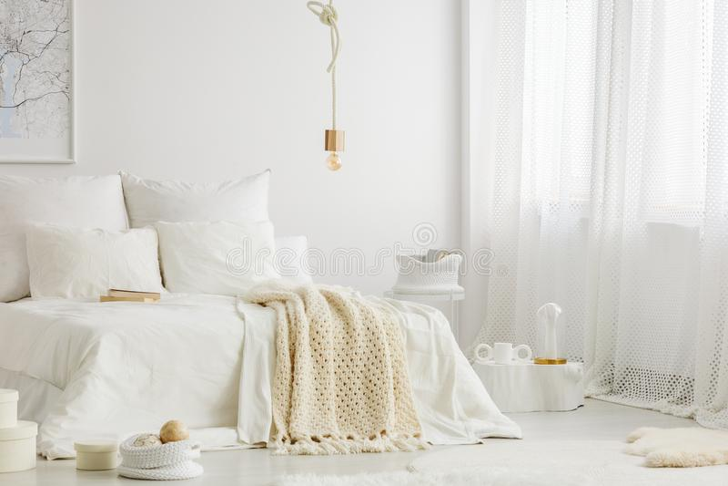 Спальня с окнами стоковые изображения rf