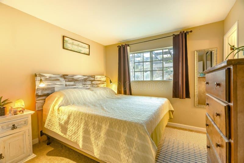 Спальня Lit роскошного дома Калифорнии стоковое изображение