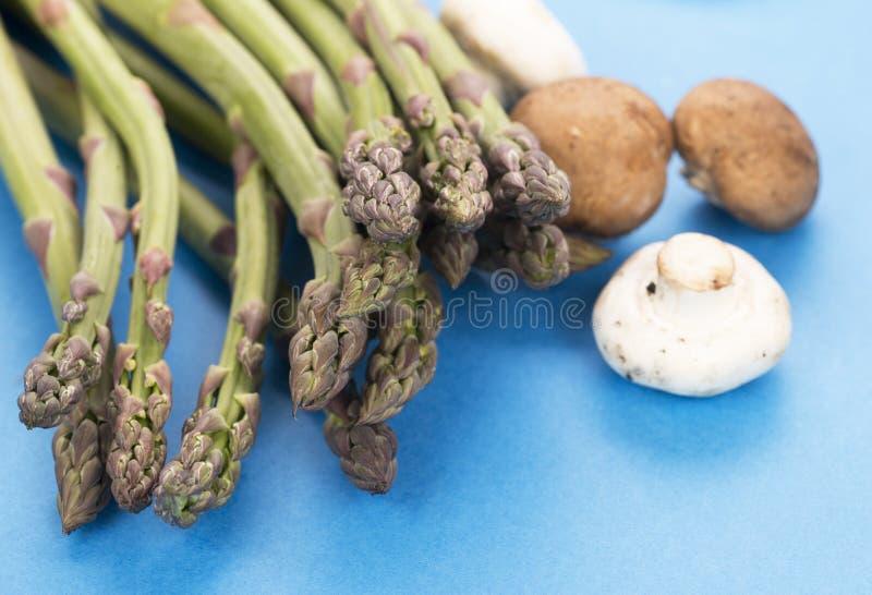 спаржа и грибы стоковые фотографии rf