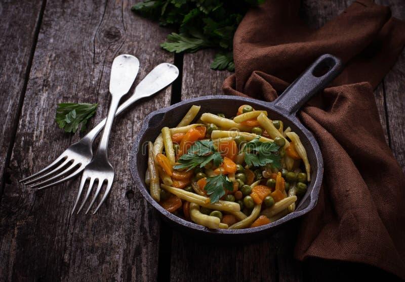 Спаржа, морковь и горохи тушёного мяса vegetable стоковые фото