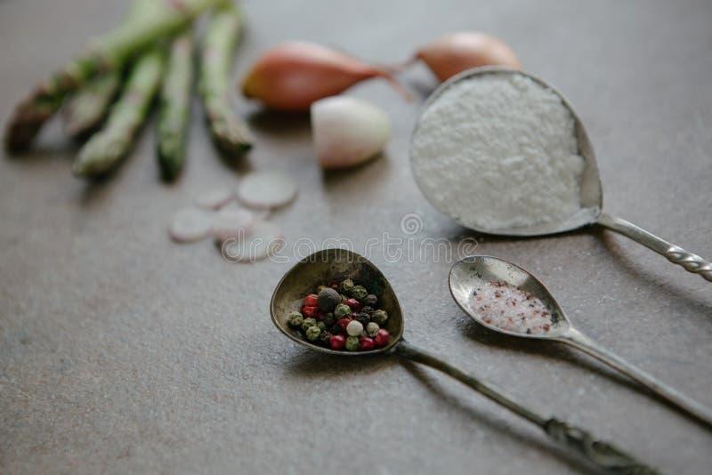 Спаржа Ingrediens, peper, соль стоковое фото rf