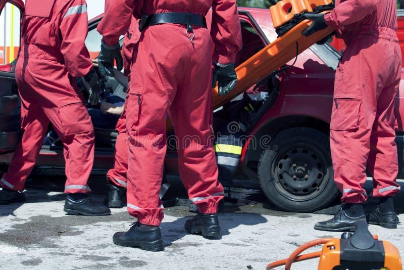 Спасательная операция после автокатастрофы стоковое фото rf