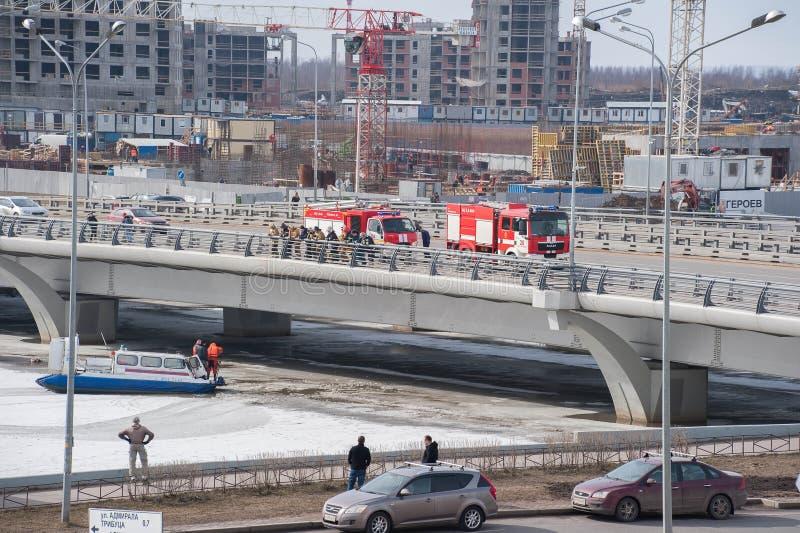 Спасательная операция после плавить лед на мосте Kadyrov стоковые изображения rf