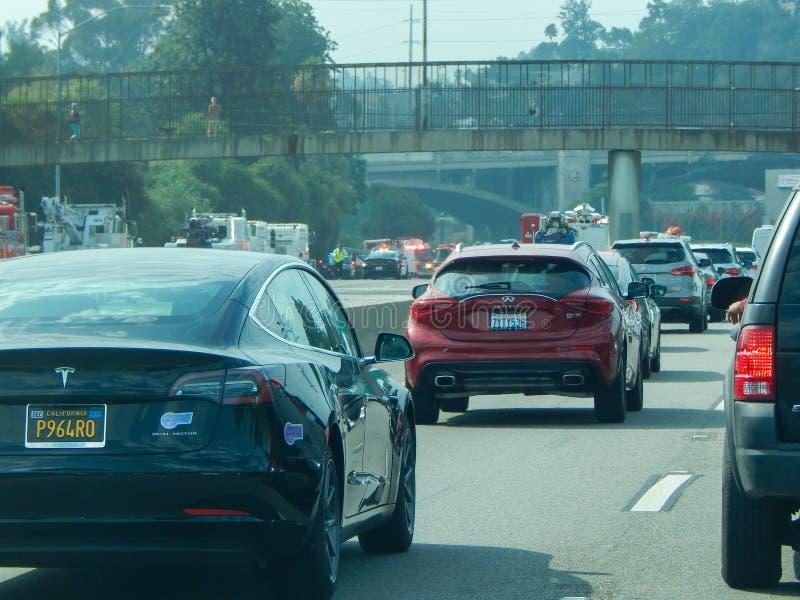 Спасательные средства выравнивают скоростное шоссе во время аварии переворачиванной тележки на скоростном шоссе 5 в Лос-Анджелесе стоковое фото rf