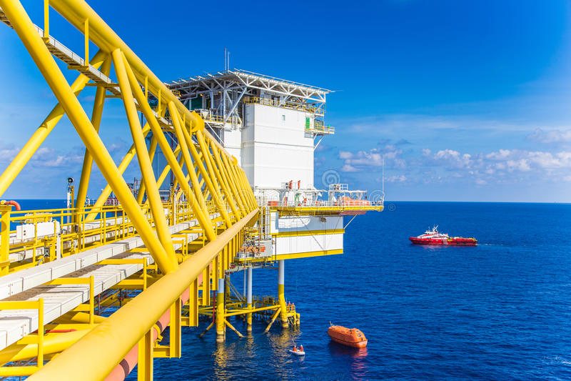 Спасательная лодка или шлюпка жизни приземлились на платформу нефти и газ для испытания оборудования стоковые изображения rf