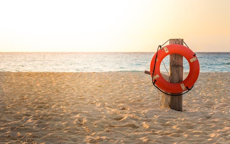 Спасательный жилет на песчаном пляже стоковое изображение