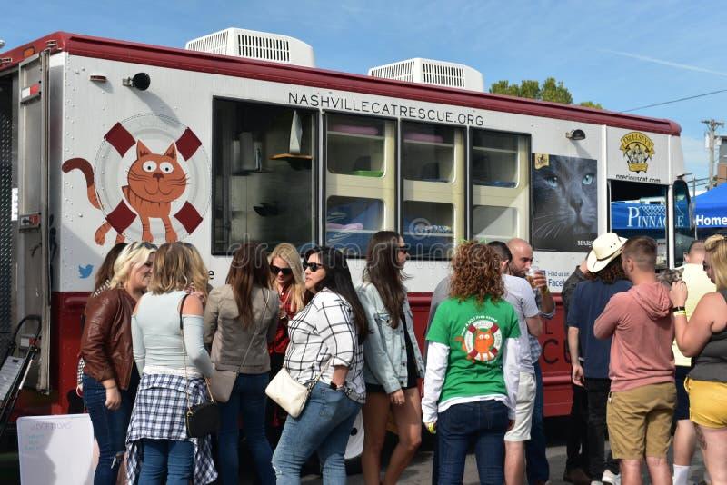 Спасение мобильный Van кота Нашвилл и посетители на событии Oktoberfest стоковое фото