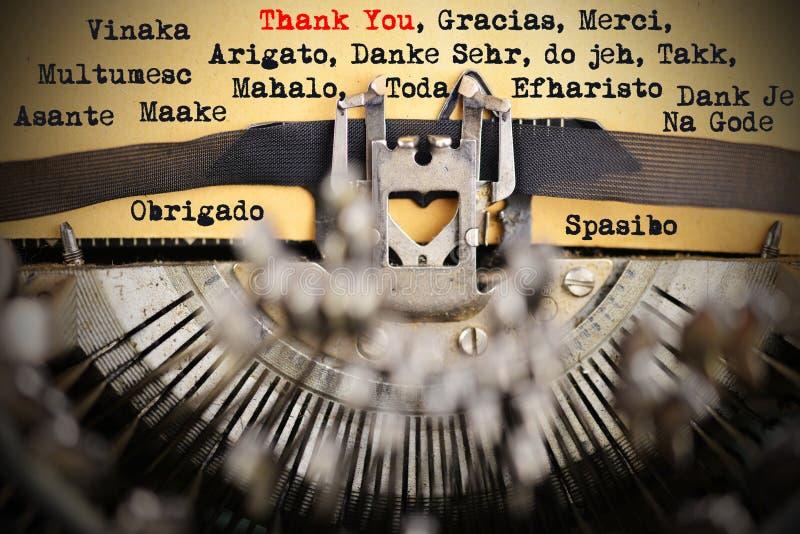 Спасибо в различных языках напечатанное ретро машинкой стоковая фотография rf