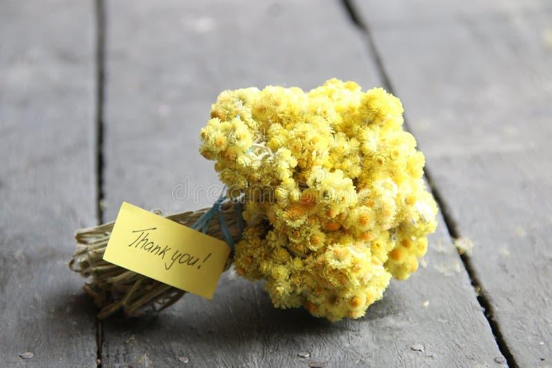 Спасибо литерность руки и желтые цветки стоковые фотографии rf