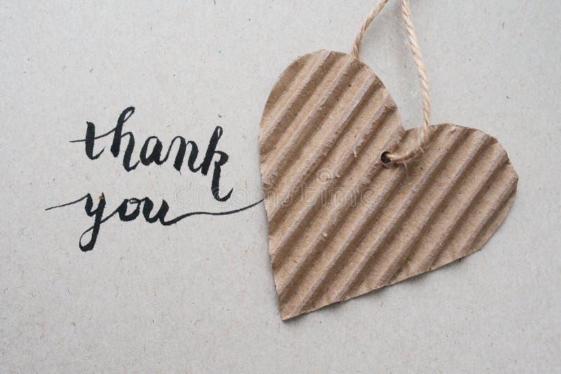 'спасибо' литерность руки - handmade каллиграфия и сердце с бумагой kraft стоковые фото