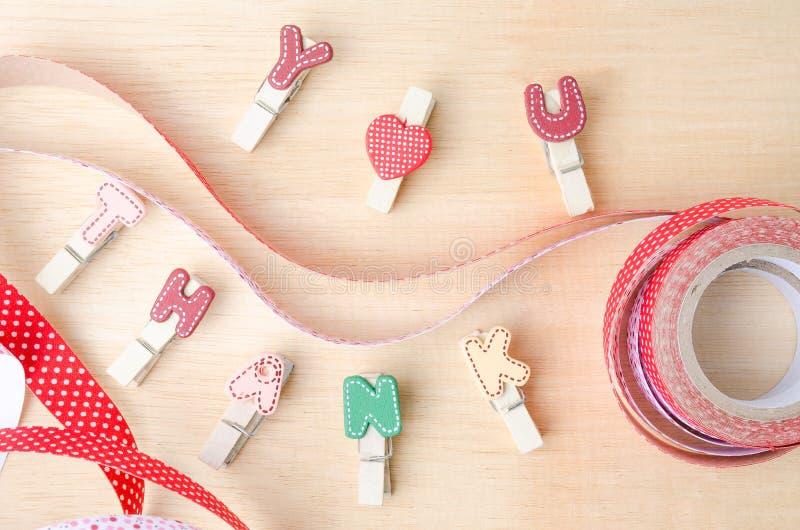 Спасибо слово веревки для белья с милыми лентами на деревянном backgr стоковая фотография