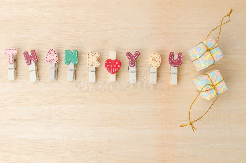 Спасибо слово веревки для белья с подарочными коробками на деревянном backgrou стоковые изображения