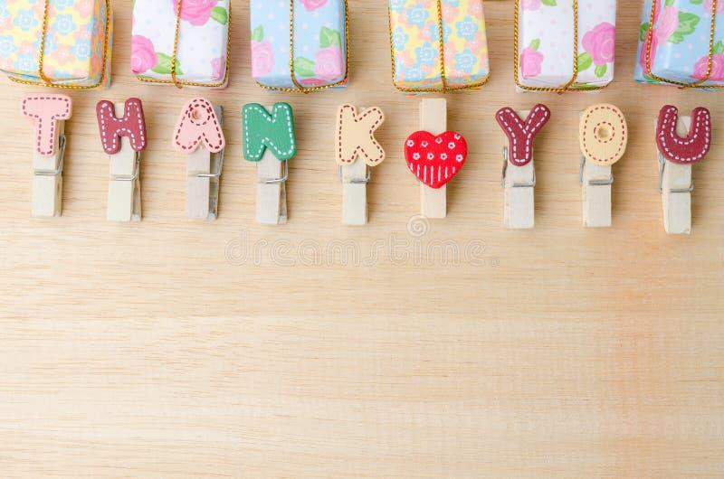 Спасибо слово веревки для белья с подарочными коробками на деревянном backgrou стоковое изображение rf
