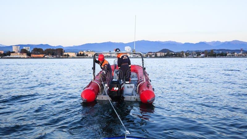 Спасите морское обслуживание буксируя сломленную шлюпку от моря стоковая фотография