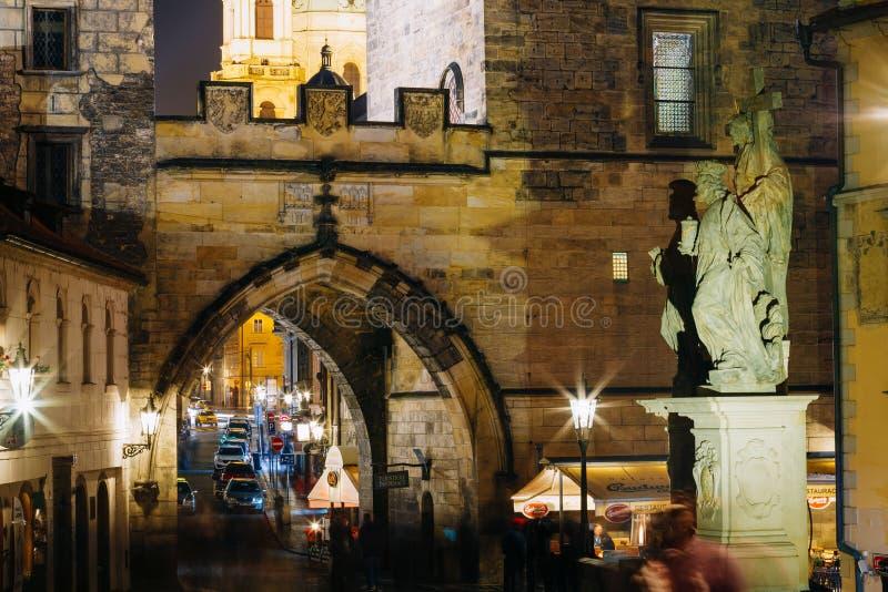 Спаситель и святая статуя Cosmas и Damian на Карловом мосте в Праге стоковое изображение rf