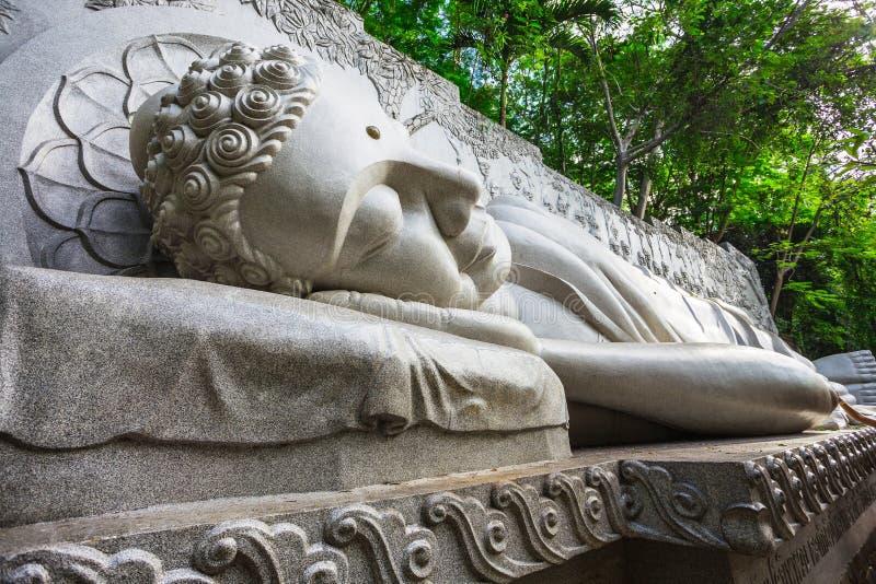Спать Будда на длинной пагоде сына в Nha Trang стоковая фотография rf